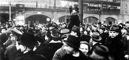 Die Künstlerin, politische Aktivistin und Feministin Senta Söneland bei ihrer flammenden Rede für das Frauenwahlrecht vor dem Bahnhof Zoo am 19. Januar 1919 (Quelle: Bundesarchiv)